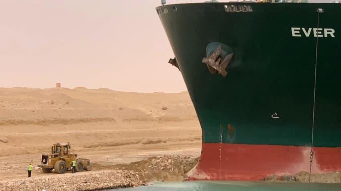 Một bức ảnh phát tay do Cơ quan Kênh đào Suez phát hành vào ngày 24 tháng 3 năm 2021 cho thấy một phần của MV Ever Given (Evergreen) do Đài Loan sở hữu, một con tàu dài 400 mét (1.300 foot) và rộng 59 mét, nằm nghiêng. và cản trở tất cả giao thông qua kênh đào Suez của Ai Cập.