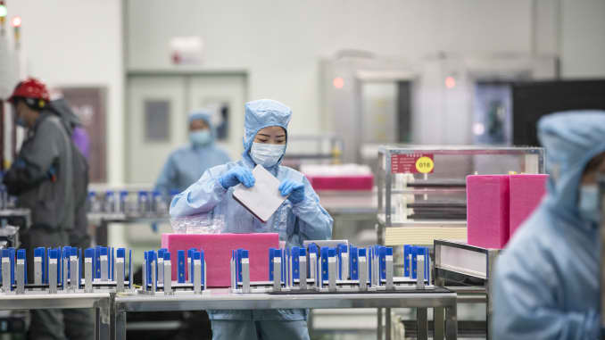 Các nhân viên sản xuất tế bào quang điện trên dây chuyền sản xuất tại nhà máy Longi Green Energy Technology Co. ở Tây An, Trung Quốc, vào ngày 21/7/2020.