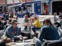 La gent s'amuntega a l'aire lliure en un restaurant, ja que les restriccions de la malaltia del coronavirus (COVID-19) s'alleugeren a Ann Arbor, Michigan, EUA, el 4 d'abril de 2021.