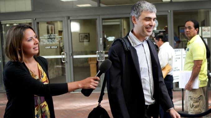 GoogleInc。の最高経営責任者であるLarryPageは、2011年9月19日月曜日に米国カリフォルニア州サンノゼの裁判所に到着している間、メディアに話しかけています。