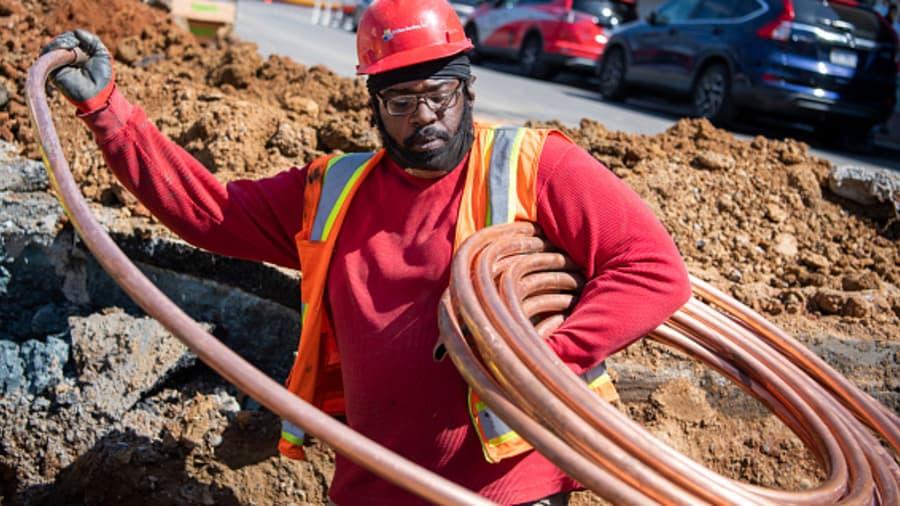 Một công nhân lắp đặt đường nước bằng đồng dưới quảng trường Đông Chợ Metro trong một dự án cải tạo vào thứ Hai, ngày 5 tháng 4 năm 2021.