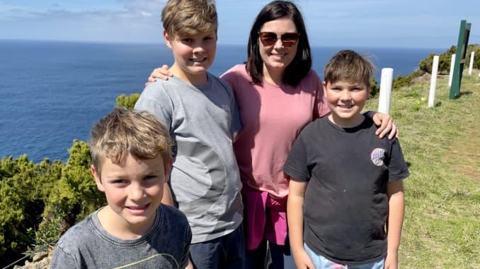Một gia đình người Úc, bao gồm mẹ và ba con trai, sống trên thuyền toàn thời gian.