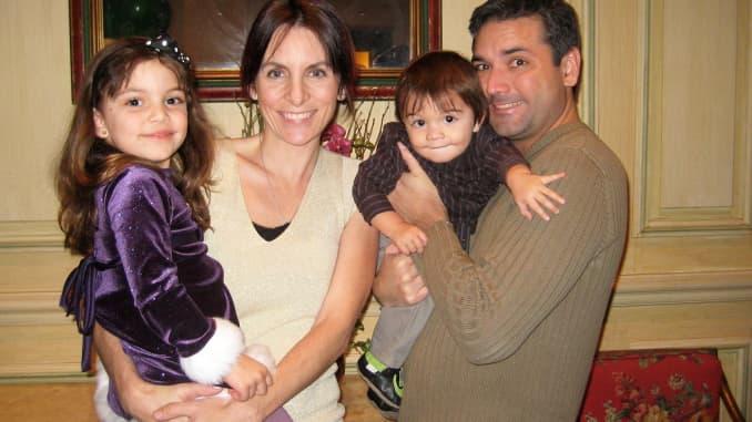 Một gia đình có bố, mẹ và hai con nhỏ trước khi họ bắt đầu cuộc sống du lịch toàn thời gian.