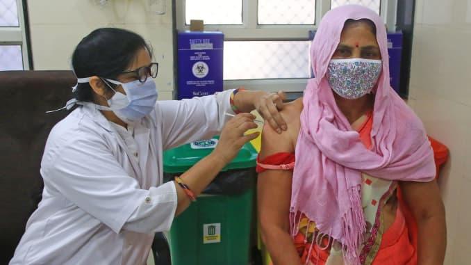 Một người thụ hưởng nhận một liều vắc-xin Covid-19, tại Bệnh viện HB Kanwatia ở Jaipur, Rajasthan, Ấn Độ, vào ngày 11 tháng 4 năm 2021.