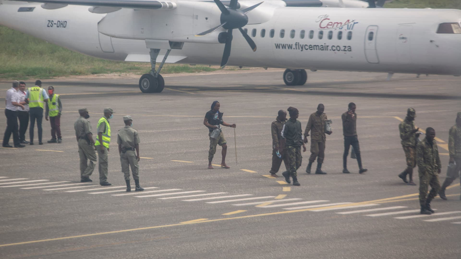 Mozambican soldiers are seen leaving the tarmac of the airport in Pemba on March 31, 2021. - Sporadic clashes broke out in Palma on Tuesday as thousands of residents hid around the besieged northern Mozambique town, scrambling to escape the area overrun by jihadist militants, aid agencies said.