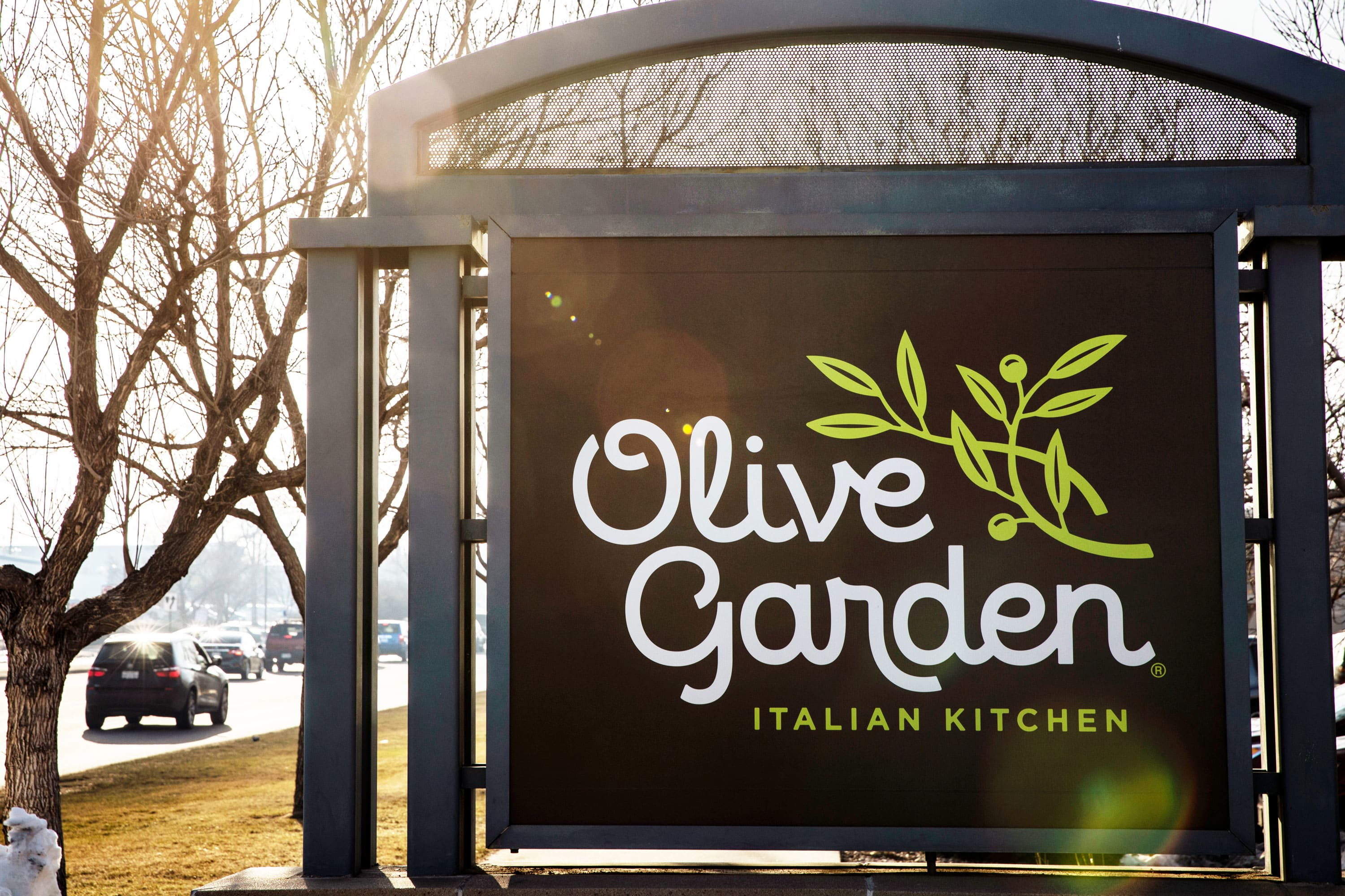 Lawsuit alleges Olive Garden parent's tipping policy causes racial dis... image