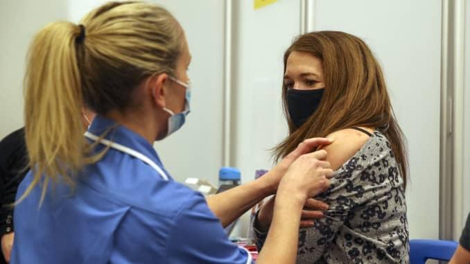 Caroline Nicolls được tiêm vắc-xin Moderna Covid-19 do y tá Amy Nash tiêm tại Sân vận động Madejski ở Reading, phía tây London vào ngày 13 tháng 4 năm 2021.