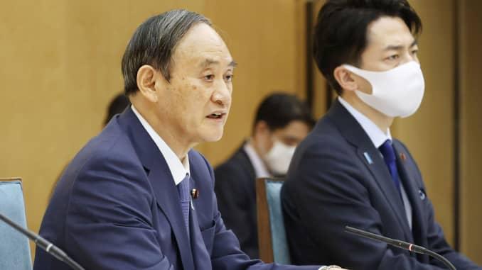 El primer ministre japonès, Yoshihide Suga, al costat del ministre de Medi Ambient, Shinjiro Koizumi, assisteix a una reunió del grup de treball del govern contra l'escalfament global a Tòquio, Japó, el 22 d'abril de 2021.