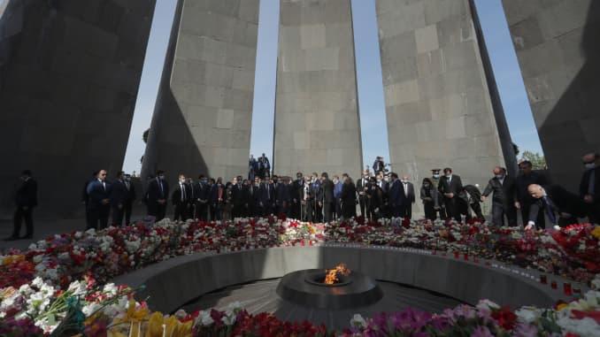 Orang-orang meletakkan bunga di Kompleks Memorial Genosida Armenia di Bukit Tsitsernakaberd pada Hari Peringatan Genosida Armenia, yang memperingati para korban Genosida Armenia di Kekaisaran Ottoman.