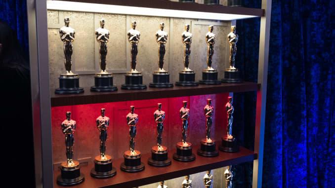 Piala Oscar Academy Awards ditampilkan di belakang panggung selama Academy Awards Tahunan ke-93 di Union Station pada 25 April 2021 di Los Angeles, California.