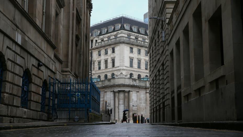 Một lối đi gần Ngân hàng Trung ương Anh (BOE) ở Thành phố Luân Đôn, Vương quốc Anh, vào thứ Năm, ngày 18 tháng 3 năm 2021.
