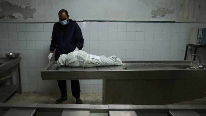 Seorang pria Palestina berdiri di dekat tubuh Menna Shreir, 3, pada 19 Mei 2021 di kamar mayat di Kota Gaza, setelah dia meninggal karena lukalukanya setelah serangan udara Israel