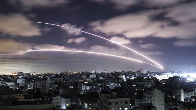 Roket diluncurkan ke arah Israel dari Kota Gaza, yang dikendalikan oleh gerakan Hamas Palestina, pada 18 Mei 2021, di tengah maraknya kekerasan IsraelPalestina