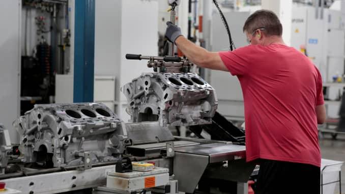 Một công nhân lắp ráp của General Motors tải các khối động cơ đúc lên dây chuyền lắp ráp tại nhà máy GM Romulus Powertrain ở Romulus, Michigan, Hoa Kỳ vào ngày 21 tháng 8 năm 2019.