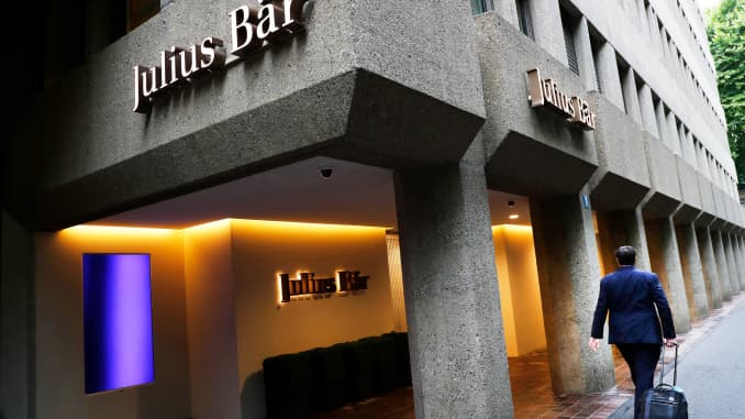 Seorang pejalan kaki berjalan melewati kantor pusat Julius Baer Group Ltd di Zurich, Swiss, pada Senin, 23 Juli 2018