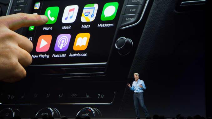 Senior Vice President of Software Engineering Apple Craig Federighi berbicara tentang CarPlay di atas panggung selama Apple's World Wide Developers Conference di San Jose, California pada 05 Juni 2017