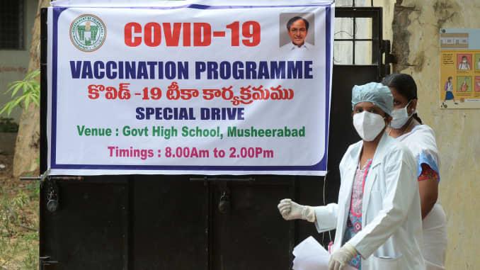 Một bác sĩ đi ngang qua biểu ngữ thông báo về một đợt tiêm chủng Covid-19 tại một trường học chính phủ ở Hyderabad, Ấn Độ vào ngày 28 tháng 5 năm 2021.