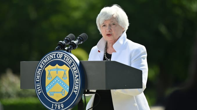 Bộ trưởng Tài chính Hoa Kỳ Janet Yellen phát biểu trong một cuộc họp báo, sau khi tham dự cuộc họp các bộ trưởng tài chính G7, tại Winfield House ở London, Anh ngày 5 tháng 6 năm 2021.