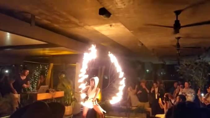 Các vũ công lửa giải trí cho những người đam mê tiền điện tử tại một bữa tiệc trên sân thượng ở Miami.