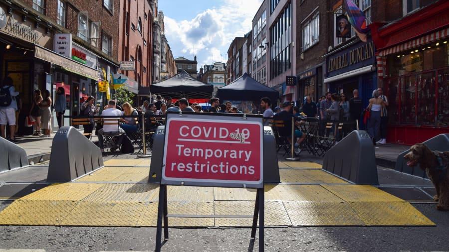 Một biển báo Hạn chế Tạm thời của Covid-19 được nhìn thấy ở Phố Old Compton, Soho, ở London.