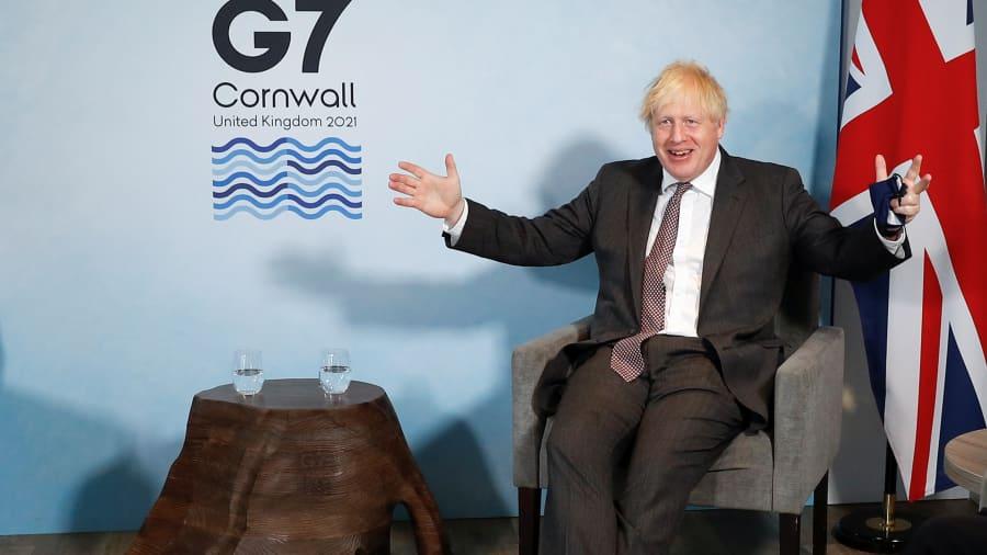 Thủ tướng Anh Boris Johnson gặp Chủ tịch Ủy ban châu Âu Ursula von der Leyen (không ảnh) và Chủ tịch Hội đồng châu Âu Charles Michel (không ảnh) trong hội nghị thượng đỉnh G7 ở Vịnh Carbis, trong hội nghị thượng đỉnh G7 vào ngày 12 tháng 6 năm 2021 tại Vịnh Carbis, Cornwall .