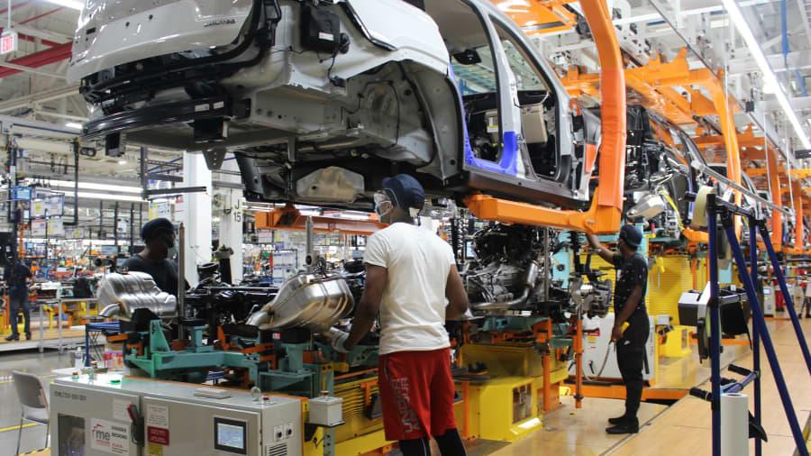 Para pekerja di pabrik Perakitan Stellantis di Detroit yang memproduksi Grand Cherokee L 2021 yang baru, sebuah SUV tiga baris baru