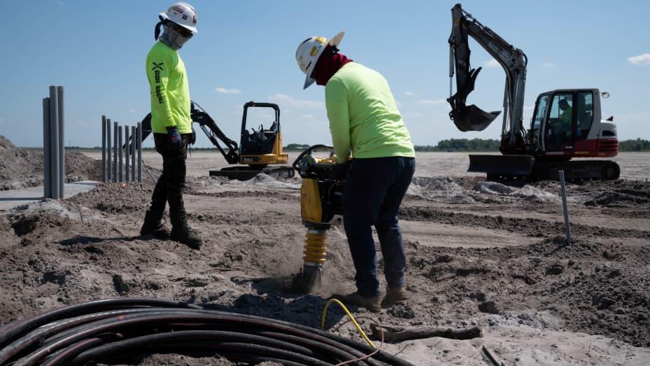 Các công nhân chuẩn bị mặt bằng để xây dựng tại địa điểm năng lượng mặt trời Duette đang được phát triển trên đất nông nghiệp trước đây ở Bowling Green, Florida, ngày 24 tháng 3 năm 2021.