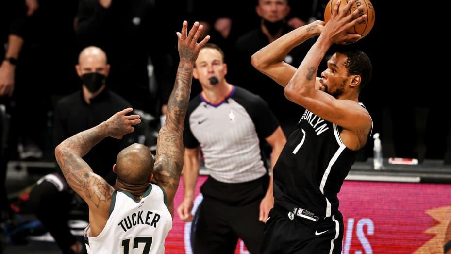 Kevin Durant 7 dari Brooklyn Nets melakukan tembakan untuk menyamakan kedudukan dan memaksa perpanjangan waktu saat PJ Tucker 17 dari Milwaukee Bucks bertahan di detikdetik terakhir regulasi selama game tujuh putaran kedua Wilayah Timur di Barclays Center pada 1 Juni