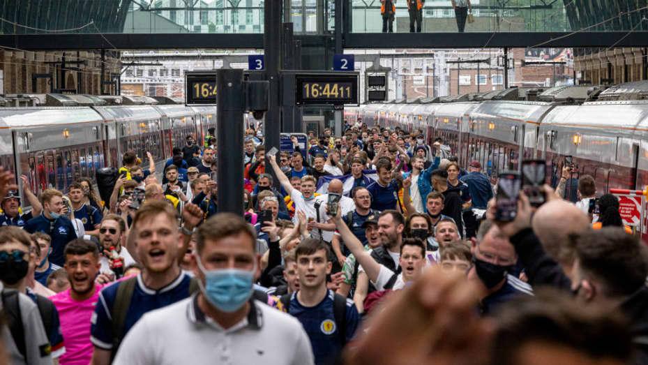 Penggemar Skotlandia tiba di Stasiun King's Cross pada 17 Juni 2021 di London, Inggris  Pertandingan sepak bola, yang berlangsung selama Euro, telah disalahkan atas peningkatan jumlah kasus Covid