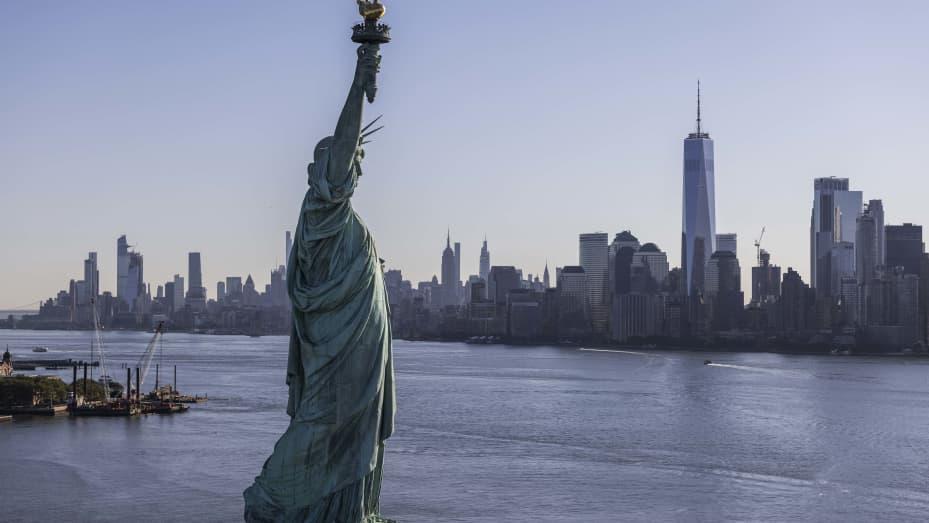 La Statua della Libertà si trova a Liberty Island, una piccola isola di proprietà federale a sud del quartiere di Manhattan.