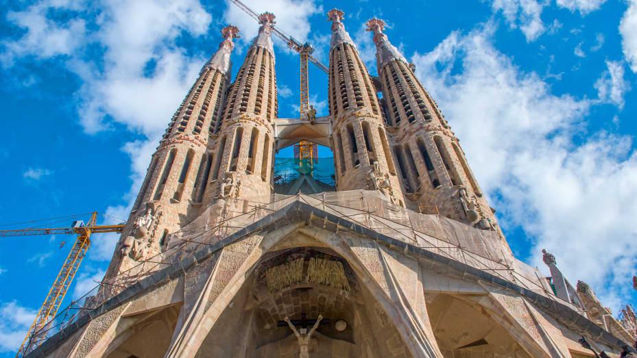 La famosa chiesa spagnola della Sagrada Familia, mai terminata, ha superato di poco Buckingham Palace nel Regno Unito in termini di interesse di ricerca nell'ultimo anno.