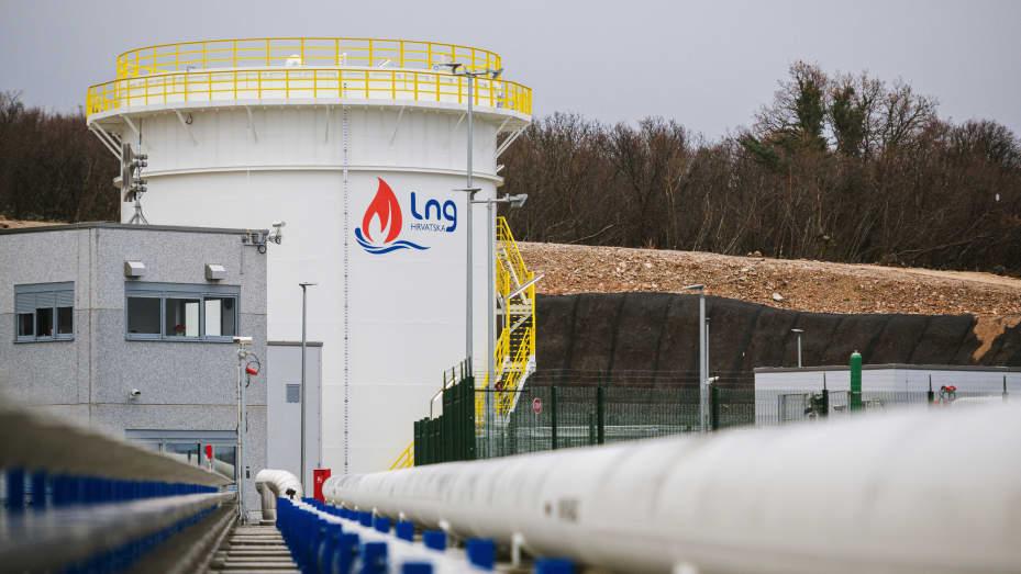 Um silo de armazenamento de gás natural líquido (GNL) no terminal de GNL, operado pela LNG Croatia LLC, em Krk, Croácia, na segunda-feira, 25 de janeiro de 2021.