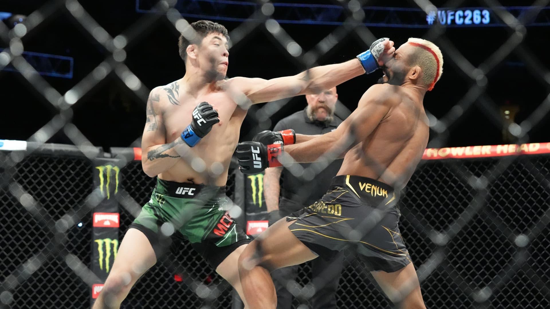 Deiveson Figueiredo (red gloves) and Brandon Moreno (blue gloves) during UFC 263 on June 12, 2021, at Gila River Arena in Glendale, AZ.