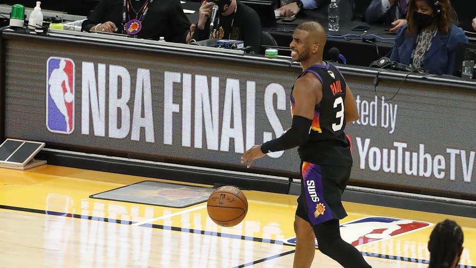 Chris Paul 3 dari Phoenix Suns membawa bola ke atas lapangan melawan Milwaukee Bucks pada babak kedua di Game One Final NBA di Phoenix Suns Arena pada 06 Juli 2021 di Phoenix, Arizona