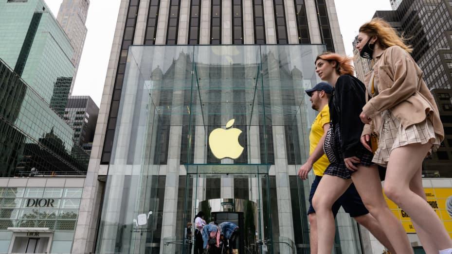 Orangorang berjalan melewati toko ritel Apple pada 13 Juli 2021 di New York City