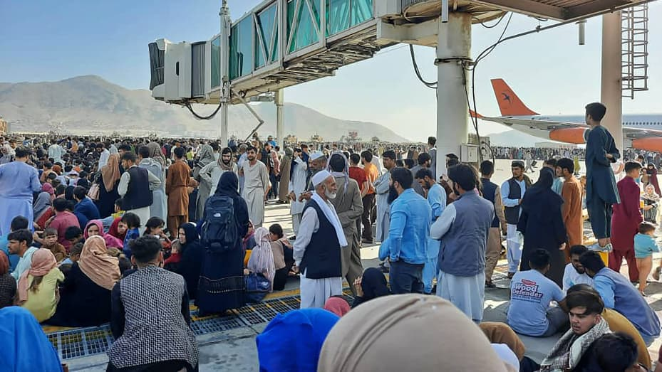 Chaotic scenes at Kabul airport as Afghans flee Taliban