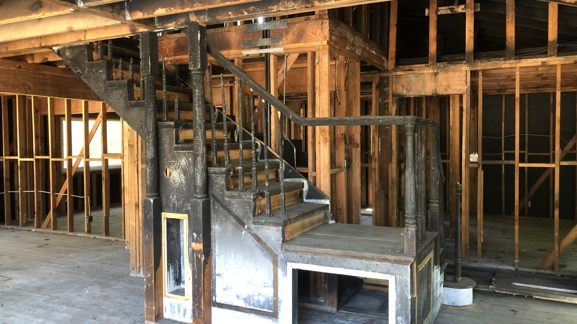 A fire-damaged home in Walnut Creek, California has sold within days after bidding war.