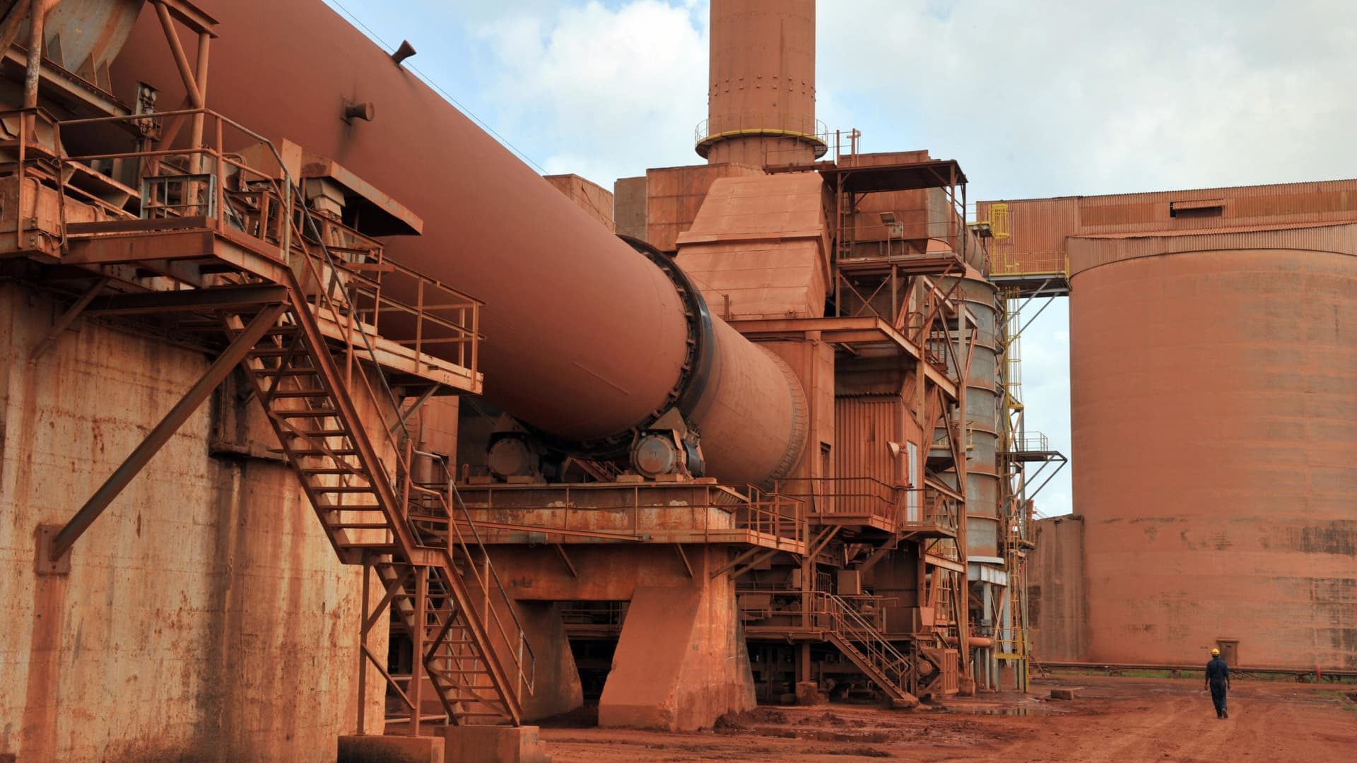 KAMSAR, Guinea - View of the bauxite factory of Guinea's largest mining firm, Compagnie des Bauxites de Guinee (CBG), at Kamsar, a town north of the capital Conakry, taken on October 23, 2008. Guinea is the world's leading exporter of bauxite, an ore from which aluminium is produced.