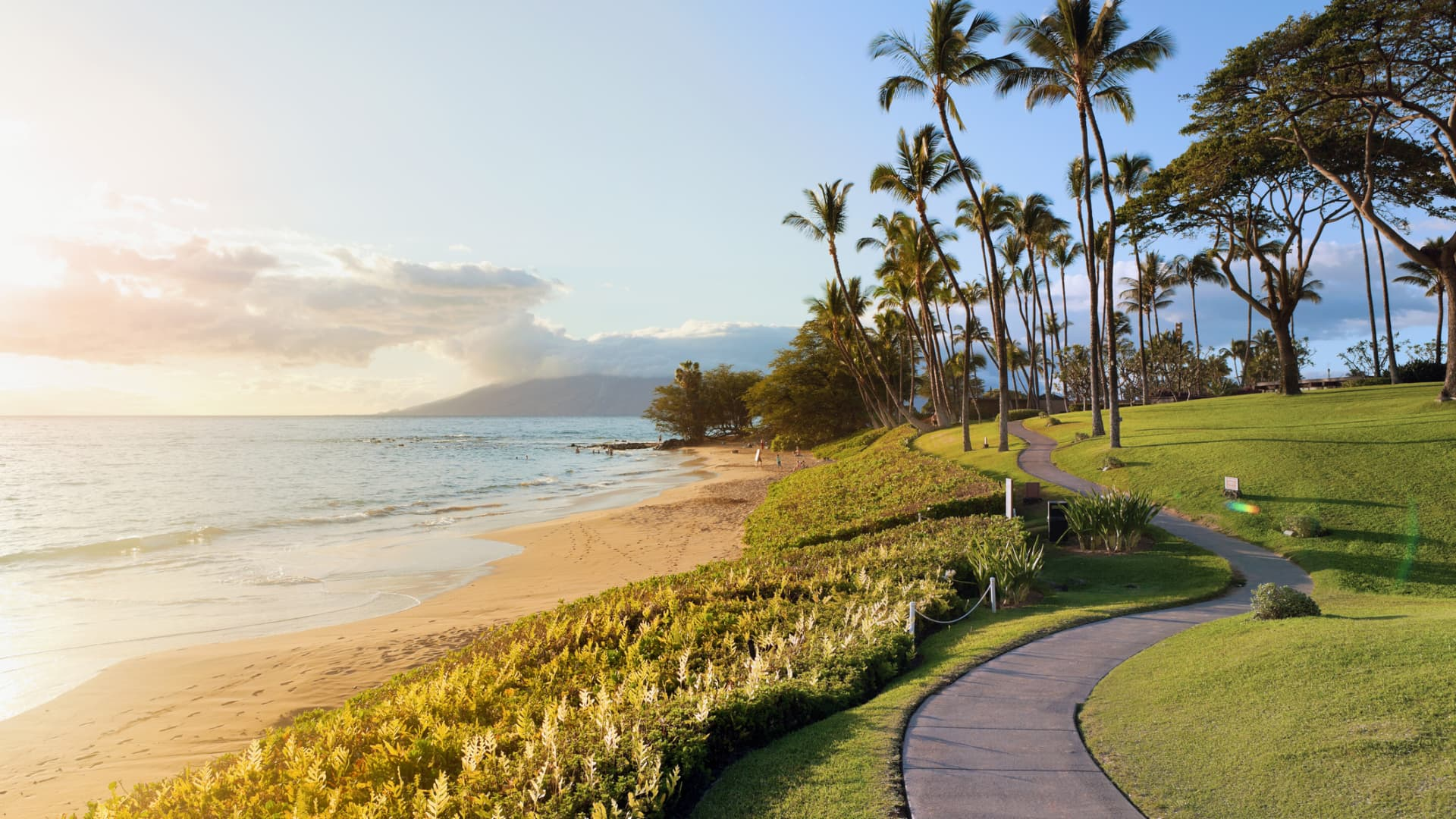 California, the Caribbean and other warm weather locations are popular for Christmas travel this year, however Hawaii is the most in-demand destination for American travelers, according to Similarweb.