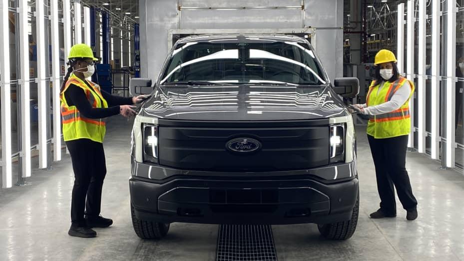 Ford đã bắt đầu tiền sản xuất ban đầu chiếc xe bán tải F-150 Lightning chạy điện của mình tại một nhà máy mới ở Dearborn, Mich.