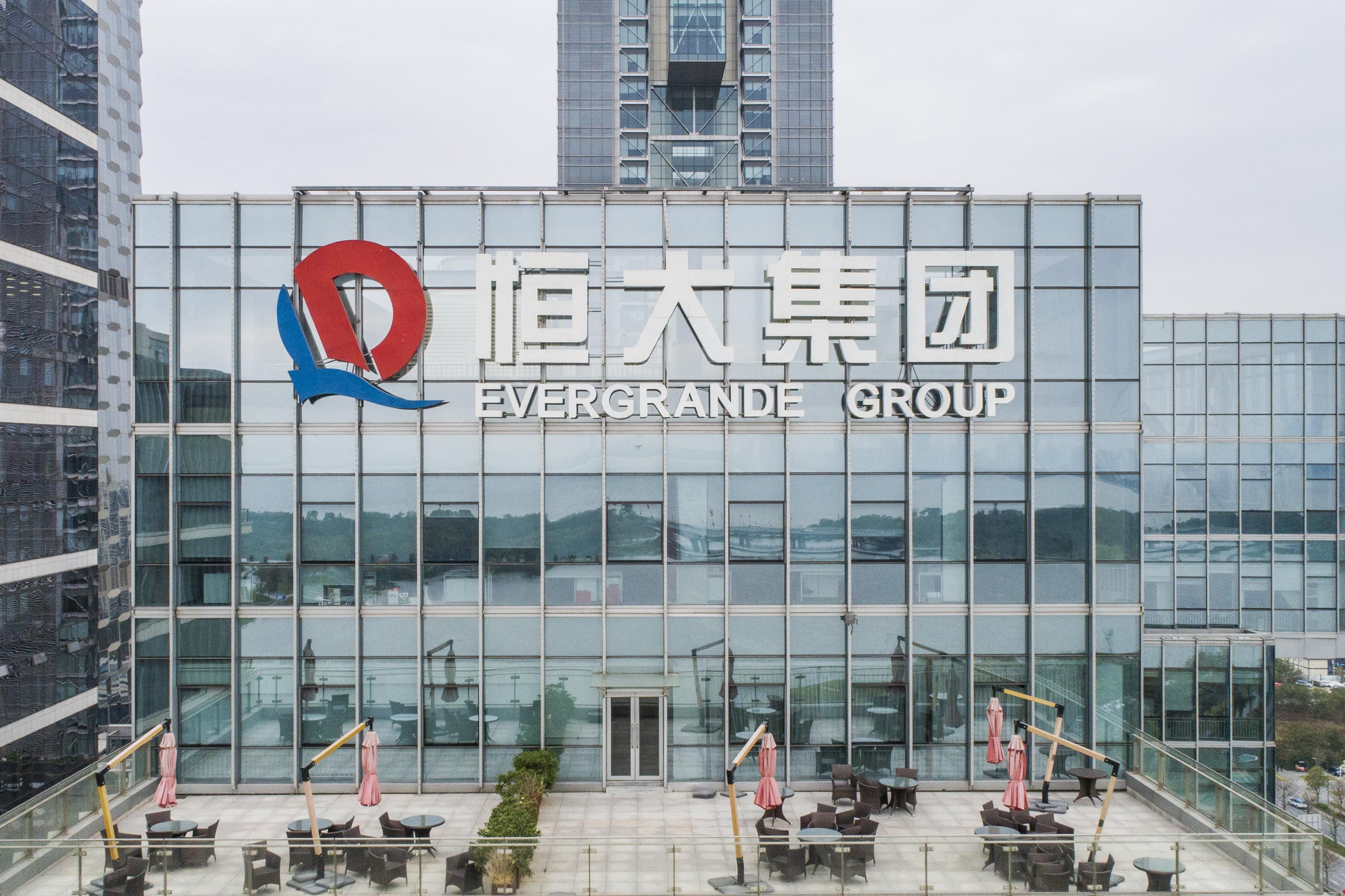 Hong Kong's Hang Seng index drops 2%amid Evergrande trading stop thumbnail