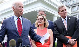 Kondominium Putih mengatakan pertemuan Biden dengan Demokrat yang terpecah menjadi 'produktif,' tetapi kerja ekstra tetap ada thumbnail