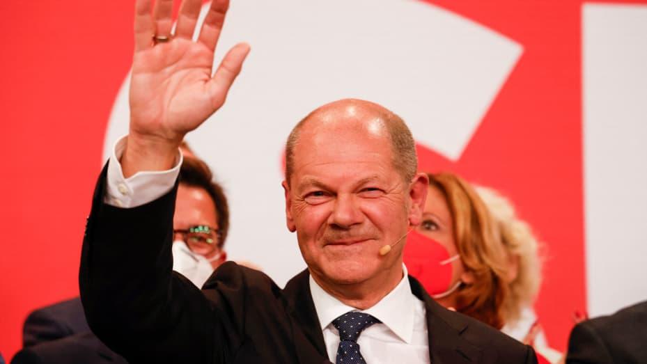 German election: SPD hold narrow lead in race to succeed Angela Merkel