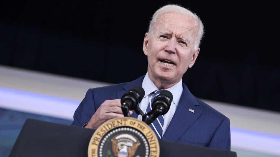 Tổng thống Hoa Kỳ Joe Biden ra hiệu khi phát biểu trước khi nhận được liều thứ ba của vắc-xin Pfizer / BioNTech Covid-19 tại Thính phòng Tòa án phía Nam trong Nhà Trắng ngày 27 tháng 9 năm 2021 ở Washington, DC.