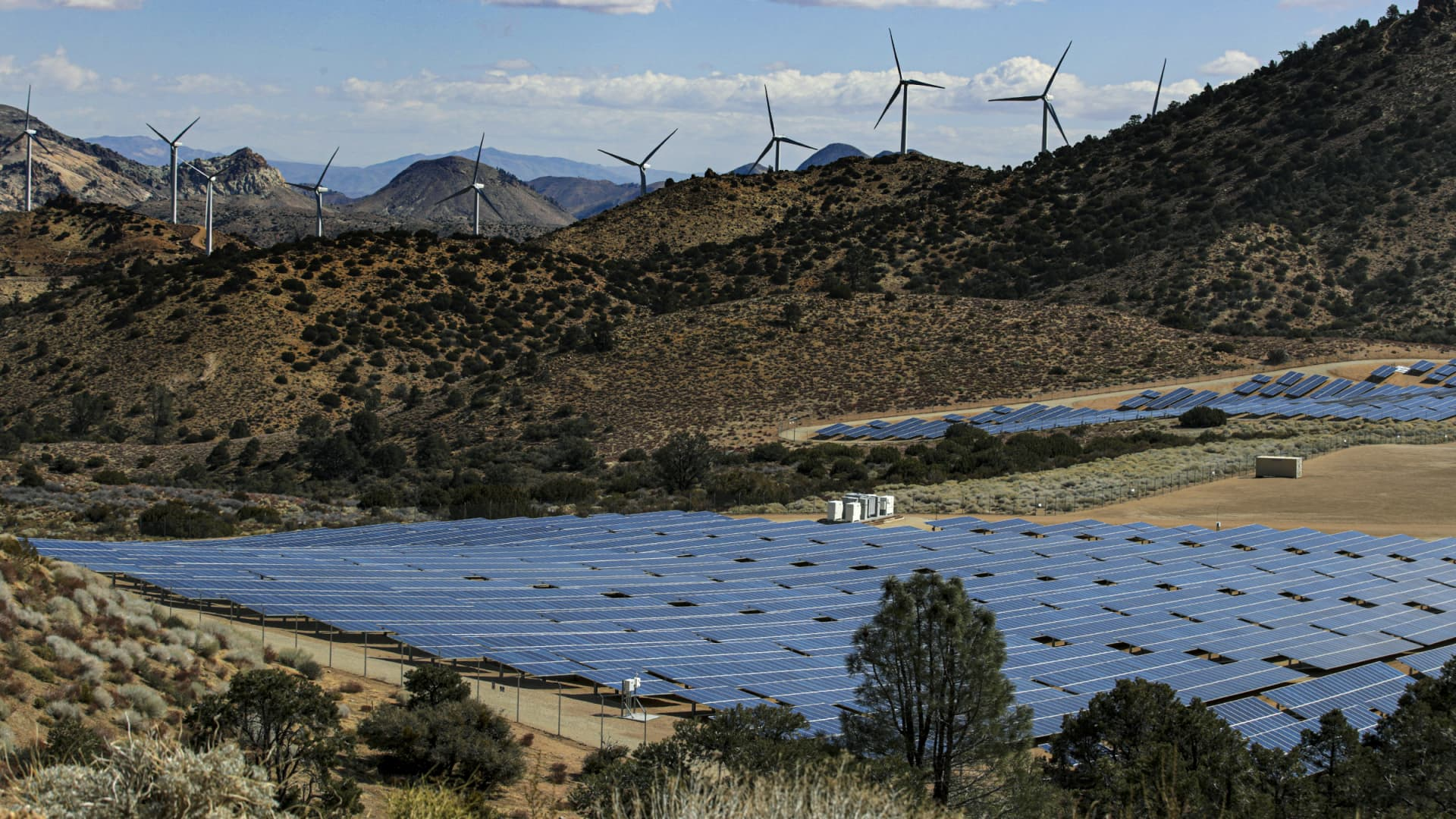 Kern County, CA - March 23: LADWPs Pine Tree Wind Farm and Solar Power Plant in the Tehachapi Mountains Tehachapi Mountains on Tuesday, March 23, 2021 in Kern County, CA.(Irfan Khan / Los Angeles Times via Getty Images)