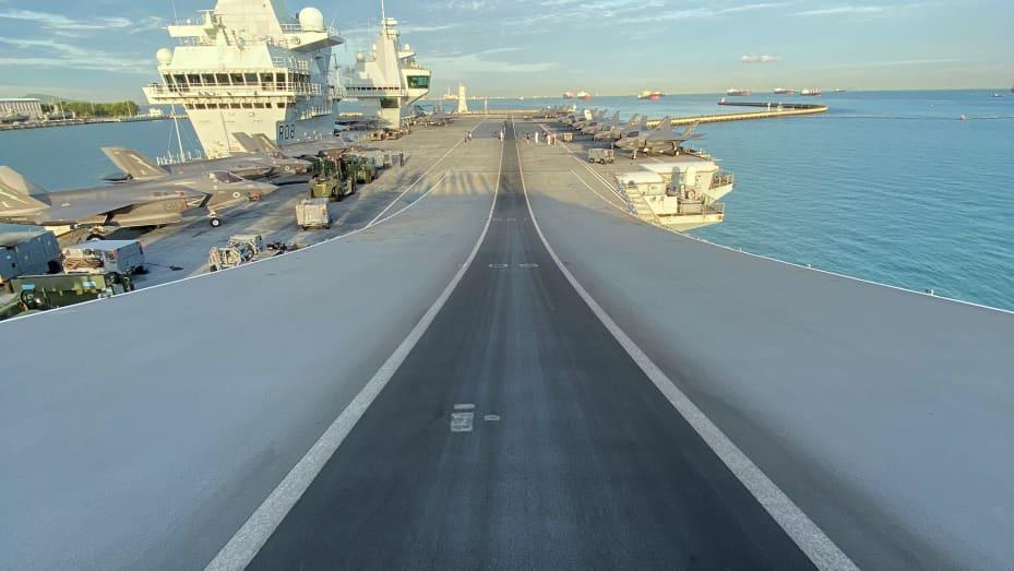 Quang cảnh sàn đáp của HMS Queen Elizabeth từ đỉnh dốc trượt tuyết của tàu sân bay.