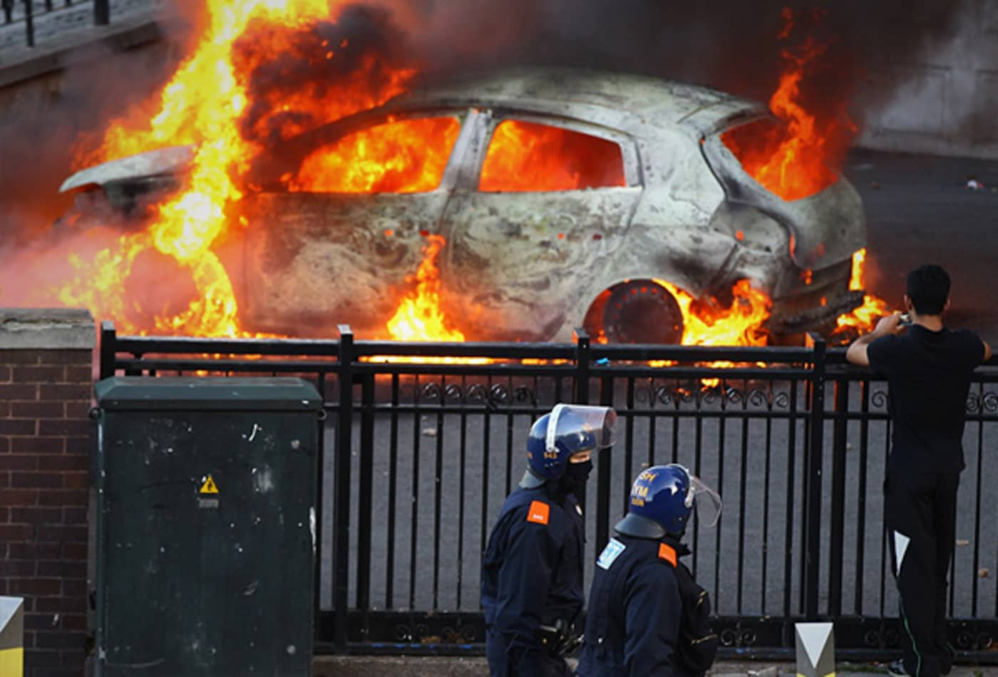 CNBC_scenes_from_london_riots_birmingham_burning_car.jpg