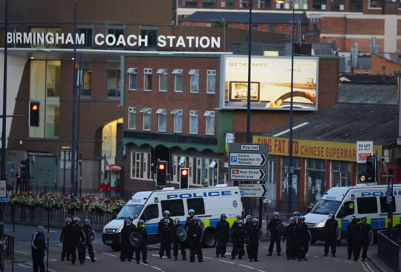 CNBC_scenes_from_london_riots_birmingham_police.jpg