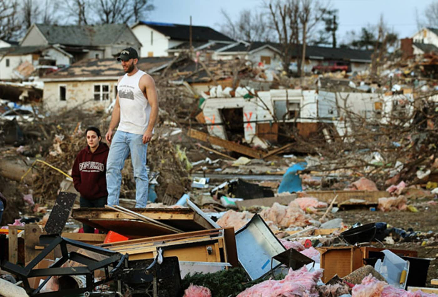 scenes-from-the-midwest-tornadoes-couple.jpg