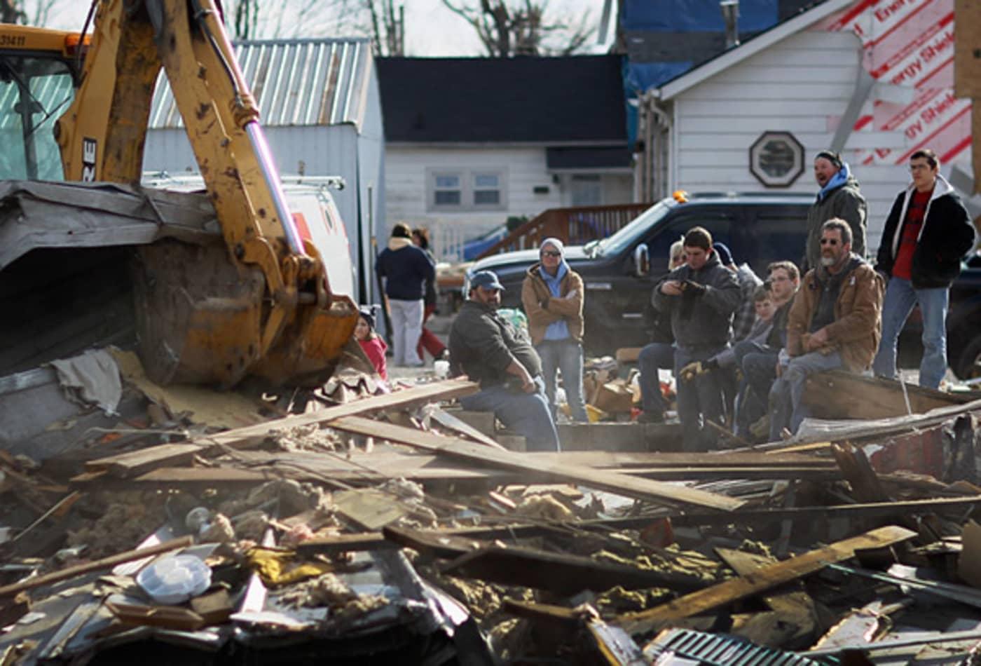 scenes-from-the-midwest-tornadoes-volunteers.jpg